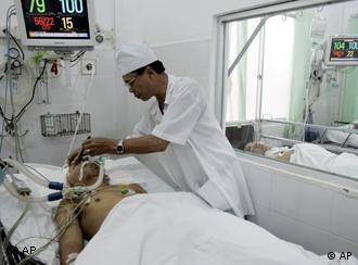Ein Arzt untersucht einen Patienten in einem vietnamesischen Krankenhaus (Foto: AP /Tran Van Minh)