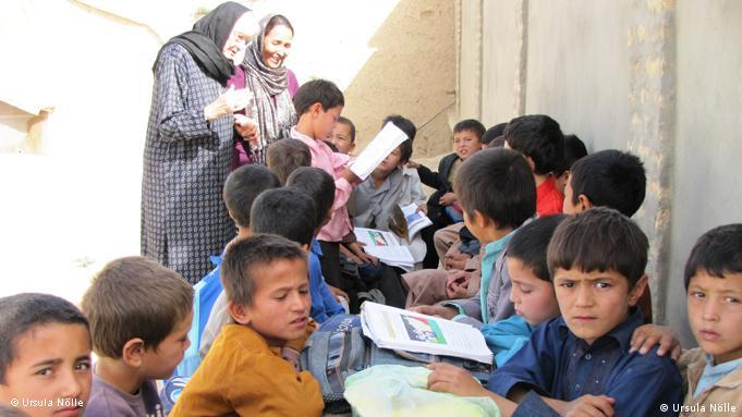 Ursula Nölle ermutigt die Kinder in Afghanistan: Pauken für die Zukunft! (Foto: Ursula Nölle)