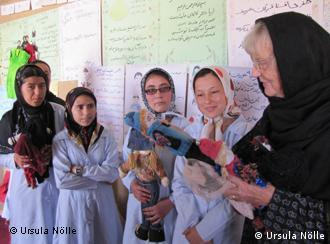 Ursula Nölle im Nähkurs mit afghanischen Mädchen (Foto: Ursula Nölle)