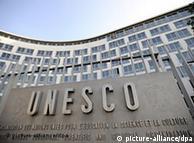 ARCHIV - Das Hauptquartier der Unesco in Paris, aufgenommen am 18.09.2009. Die Folgen des Nahost-Konflikts drohen die riesige UN-Organisation für Bildung, Wissenschaft und Kultur in eine der schwersten Krisen ihrer mehr als 65-Jährigen Geschichte zu stürzen. Wenn die Palästinenser in der kommende Woche beginnenden Generalkonferenz erfolgreich die Vollmitgliedschaft beantragen, könnte die US-Regierung der Unesco den Geldhahn zudrehen. Foto:Yoan Valat (zu dpa-Korr. «Streit über Palästinenser - Unesco droht Austritt der USA» vom 20.10.2011)