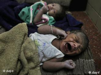 Newly born babies lie at a government hospital in Hyderabad, India, Monday, Oct. 31, 2011. According to the U.N. Population Fund, there will be a symbolic seven billionth baby sharing Earth's land and resources on Oct. 31. Already the second most populous country with 1.2 billion people, India is expected to overtake China around 2030 when its population soars to an estimated 1.6 billion. (Foto:Mahesh Kumar A./AP/dapd)