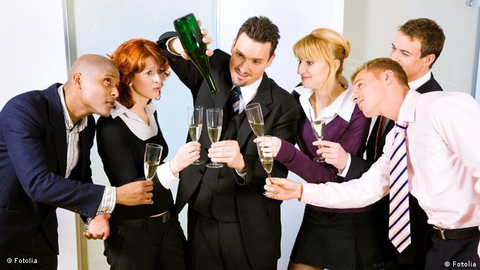 Коллеги пьют шампанское