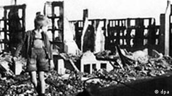 Ein kleiner Junge zwischen Trümmern und Hausruinen in Hamburg