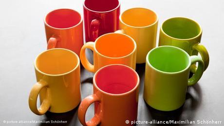 Kaffeepötte in warmen Farben