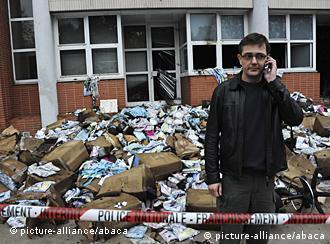 Chefredakteur Charbonnier vor den zerstörten Redaktionsräumen (Foto: picture-alliance/abaca)