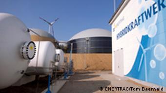 ENERTRAG-Wasserstoff-Hybridkraftwerks: rechts das Gebäude, in dem der Elektrolyseur steht, links die Wasserstoff-Tanks und im Hintergrund die Biogasanlage; Copyright: ENERTRAG/Tom Baerwald