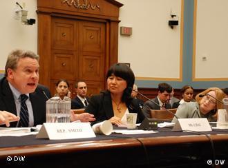 US-Abgeordnete fordern bei einer Anhörung im Kongress den Stopp der Verfolgung des Menschenrechtsanwaltes Chen Guangcheng durch die chin. Behörden  Wer hat das Bild gemacht/Fotograf?:DW/Liu Xin, freier Mitarbeiter der DW in den USA Wann wurde das Bild gemacht?:02.11.2011 Wo wurde das Bild aufgenommen?:US-Kongress, Washington Bildbeschreibung: Wer oder was ist auf dem Bild zu sehen?