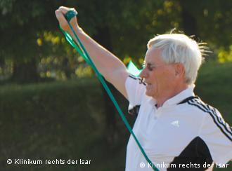 Krebspatient bei der Gymnastik mit einem Terra-Band (Foto: Klinikum rechts der Isar, TU München)
