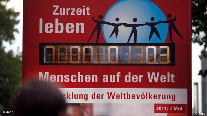 Eien Anzeigetafel, auf der die Weltbevölkerung angezeigt wird. (Foto: Foto: Focke Strangmann/dapd)
