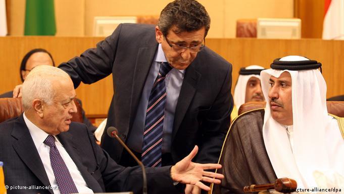 Der Generalsekretär der Arabischen Liga, Nabil Al-Arabi (links) und Katars Außenminister Hamad Bin Jasim (rechts) beim Treffen der Arabischen Liga Anfang November 2011 in Kairo (Foto: EPA)