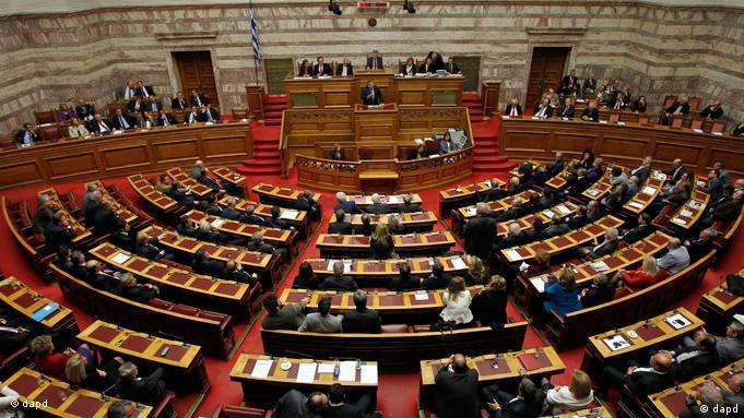 Yunan Meclisi'nden güvenoyu almasına rağmen Başbakan Papandreu dönemi sona eriyor