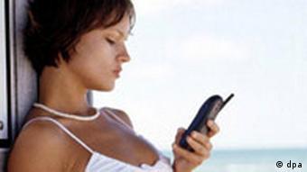 Frau mit Handy SMS