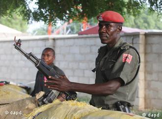 Polizisten stehen in Maiduguri Wache (Archivfoto: dapd)