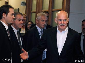 Greek Prime Minister George Papandreou, right, gestures as he arrives for a cabinet meeting at the parliament in Athens, Tuesday, Nov. 8, 2011. Power-sharing talks between Greece's two main political parties entered their second day Tuesday, as European leaders stepped up the pressure for a quick resolution by holding back a vital rescue loan that the country needs to prevent a devastating bankruptcy. (Foto:Petros Giannakouris/AP/dapd)