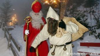 Zwei als Nikolaus und Knecht Ruprecht verkleidete Personen vor weihnachtlichem Hintergrund.