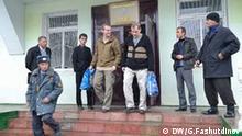 Die Bilder wurden von unserem Korrespondenten Galim Fashutdinov in Tadschikistan am 08.11.2011 gemacht. Wir haben alle Rechte. Zulieferer: Evgeni Zhukov Anlass: Urteil für einen russischen und einen estnischen Piloten in Tadschikistan. Schlüsselworte für die Bilder: Tadschikistan, Kurban-Tube, piloten, Gericht Vladimir Sadovnichij und Alexej Rudenko Copyright: DW / G.Fashutdinov Vladimir Sadovnichiy i Aleksey Rudenko v soprovozhdenii konvoya - Piloten Vladimir Sadovnichiy und Alexej Rudenko vor dem Gericht