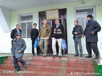 دو خلبان روس هنگام خروج از دادگاهی در قرغانتپه تاجیکستان