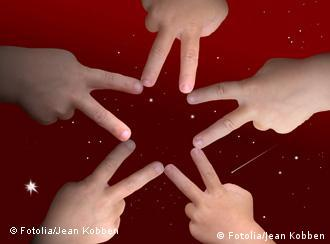 Fünf Kinderhände formen einen Stern