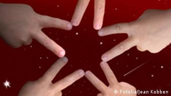 Fünf Kinderhände verbinden sich mit den Fingern zu einem Stern
