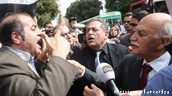 تظاهرکنندگان مخالف رژیم سوریه در قاهره در برابر مقر اتحادیه عرب در مشاجره با نمایندگان این اتحادیه