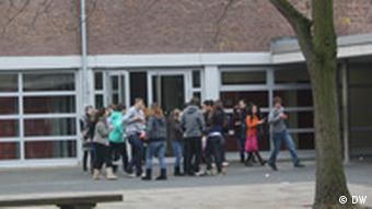 Schüler auf dem Schulhof der Gesamtrealschule Neuss-Norf (Foto: DW)