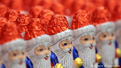 Las galletas de Navidad, los pasteles tipo stollen y los Santa Claus de chocolate ya están en las tiendas desde septiembre. Justo antes del día de San Nicolás, el 6 de diciembre, aumenta notablemente la demanda de estos muñequitos de chocolate. Esa noche, prácticamente todos los niños Alemanes encuentran un hombrecito de chocolate como regalo dentro de sus botas.