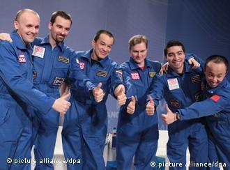 Die Mars 500-Crew posiert für die Fotografen (Foto: dpa)