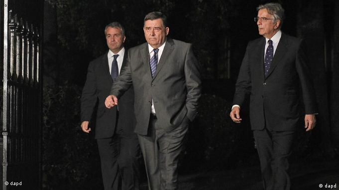 Right-wing LAOS party leader Giorgos Karatzaferis, center, leaves the Greek Presidential Palace, in Athens, on Wednesday, Nov. 9, 2011. Greece's president later convened a meeting of political leaders with George Papandreou, Antonis Samaras and Giorgos Karatzaferis, the head of a smaller right-wing party, to discuss the interim government. But Karatzaferis stormed off only a few minutes after entering the building, telling journalists outside that the other two political leaders had used trickery. He did not provide details. (Foto:Petros Giannakouris/AP/dapd)