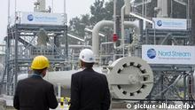 Das Logo der Firma Nord Stream hängt am Dienstag (08.11.2011) in Lubmin bei Greifswald an der Anlandestation der Ostsee-Pipeline. Die Ostsee-Pipeline zwischen Deutschland und Russland wird heute in Lubmin bei Greifswald in Betrieb genommen. In einem symbolischen Akt werden der russische Staatspräsident Dmitri Medwedew und Bundeskanzlerin Angela Merkel (CDU) gemeinsam das Gasventil für den ersten Strang der Pipeline aufdrehen. Die rund 7,4 Milliarden Euro teure Pipeline des russisch-europäischen Konsortiums Nord Stream verbindet Deutschland und Westeuropa direkt und unter Umgehung von Transitländern mit einem der größten Erdgasfelder der Welt. Gaslieferant ist der russische Energiekonzern Gazprom, der mit 51 Prozent auch Mehrheitseigner der Nord Stream AG ist. Foto: Stefan Sauer dpa/lmv