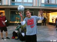 Straßenkünstler Adrian Fogel mit einem Fussball.  Wer hat das Bild gemacht?: Cheng cheng Zhu Wann wurde das Bild gemacht?: 7.11. 2011 Wo wurde das Bild aufgenommen?: Köln