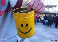 Straßenkünstler Adrian Fogel mit Gelber Dose zum Geldsammeln. Wer hat das Bild gemacht?: Cheng cheng Zhu Wann wurde das Bild gemacht?: 7.11. 2011 Wo wurde das Bild aufgenommen?: Köln