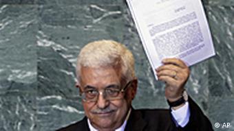 Махмуд Аббас демонстрирует заявление о признании Палестинской автономии полноправным членом ООН