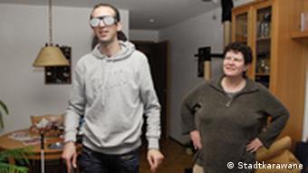 Студент навещает слепую женщину в Лейпциге