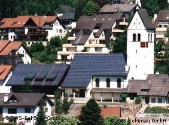 Blick auf das Dach der Kirche in Schönau mit ihren Solarzellen (Foto: EWS Schönau)