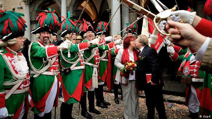 Молодоженов приветствует карнавальная гвардия