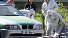 ARCHIV - Beamte der Spurensicherung der Polizei arbeiten auf der Heilbronner Theresienwiese an einem Tatort, an dem zuvor eine 22-jährige Polizeibeamtin getötet und ein weiterer Beamter schwer verletzt wurde (Archivfoto vom 25.04.2007). Unbekannte haben den Beamten am 25.04.2007 während ihres Routineeinsatzes in den Kopf geschossen und die Dienstwaffen entwendet. Mehr als vier Jahre nach dem ungeklärten Heilbronner Polizistinnenmord gibt es eine heiße Spur. Nach Informationen des Landeskriminalamtes Baden-Württemberg sind in Eisenach die Dienstwaffen der im April 2007 in Heilbronn getöteten Polizistin und ihres seinerzeit schwer verletzten Kollegen gefunden worden. Foto: Bernd Weißbrod dpa/lsw (Zu lsw Thema des Tages: «Heilbronner Polizistinnenmord - Dienstwaffe gefunden» vom 07.11.2011) +++(c) dpa - Bildfunk+++