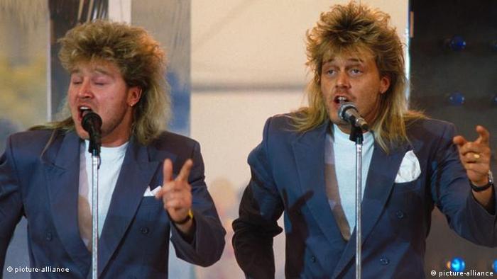 Dois homens com corte de cabelo estilo vokuhila
