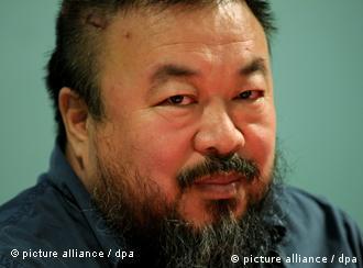 ARCHIV - Der Künstler Ai Weiwei, aufgenommen am 09.10.2009 in München. Tausende Chinesen geben dem regimekritischen chinesischen Künstler Ai Weiwei spontan Geld, damit er seine Millionenstrafe an das Steueramt zahlen kann. Bis Montagmittag (07.11.2011) haben ihm schon mehr als 20 000 Chinesen mehr als fünf Millionen Yuan, umgerechnet 570 000 Euro, zukommen lassen. Das berichtete der Künstler der Nachrichtenagentur dpa. Foto: Tobias Hase (zu dpa 0142 vom 07.11.2011) +++(c) dpa - Bildfunk+++