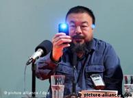 ARCHIV - Der Künstler Ai Weiwei fotografiert am 09.10.2009 in München (Oberbayern) im Haus der Kunst bei einer Pressekonferenz die Journalisten. Der chinesische Künstler Ai Weiwei hat noch keinen Einspruch gegen seine Millionenstrafe einlegen können. Der Regimekritiker scheiterte am Montag (14.11.2011) auch mit dem Versuch, mehr als die Hälfte als Garantie für seinen Steuerbescheid einzuzahlen. Foto: Tobias Hase dpa +++(c) dpa - Bildfunk+++