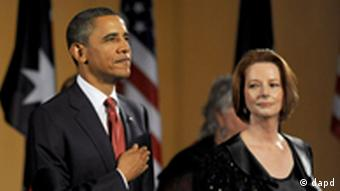 President Barack Obama, left, listens to the national anthem with Australian Prime Minister Julia Gillard during a dinner at Parliament House in Canberra, Australia, Wednesday, Nov. 16, 2011. (Foto:Alan Porritt, Pool/AP/dapd)
