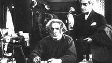 In der Mabuse-Figur spiegelt sich das soziale Reizklima der Nachkriegszeit. Der skrupellose Verbrecher profitiert von Unsicherheit und Chaos, gelangt erst durch Dekadenz und Nihilismus zur vollen Machtentfaltung. Zur Wiederaufführung des Films 1964 notierte Lang: Die Zeit nach dem Ersten Weltkrieg war für Deutschland eine Zeit der tiefsten Verzweiflung, der Hysterie, des Zynismus, des ungezügelten Lasters. Entsetzliche Armut war neben ganz großem und neuem Reichtum. Berlin prägte damals das Wort: Raffke, vom Zusammenraffen des Geldes ... Dr. Mabuse ist der Prototyp dieser Zeit.