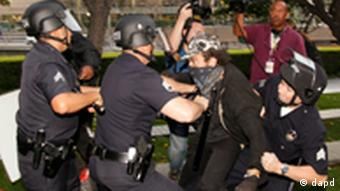 Polizisten in Los Angeles verhaften einen Occupy-Demonstranten (Foto: dpad)