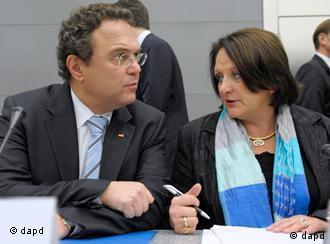 وزیران دادگستری و کشور آلمان، از چپ: هانس پتر فریدریش و زابینه لویتهویسر-شنارنبرگر