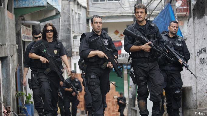 Brazil's polocemen guard the streets of the Rocinha slum in Rio de Janeiro, Sunday, Nov.13, 2011. Elite police units backed by armored military vehicles and helicopters invaded the largest slum in this seaside Olympic city before dawn Sunday. It's the most ambitious attempt yet to bring security to a town long known for its violence. (Foto:Silvia Izquierdo/AP/dapd)