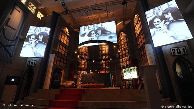 Videoleinwände von Christoph Schlingensief im Deutschen Pavillon auf der Kunstbiennale Venedig 2011