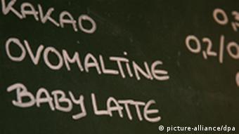 Popis ponude pića u jendom kafiću u Prenzlauer Bergu u Berlinu. Na popisu je i baby latte