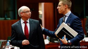 epa03007474 Polish European Commissioner for budget and financial programming Janusz Lewandowski (L) chats with Alexender Stubb the Minister for European Affairs and Foreign Trade of Finland at the start of a EU budget council in Brussels, Belgium, 18 November 2011. The Council gather with the aim of reaching an agreement on the EU budget for 2012. EPA/OLIVIER HOSLET