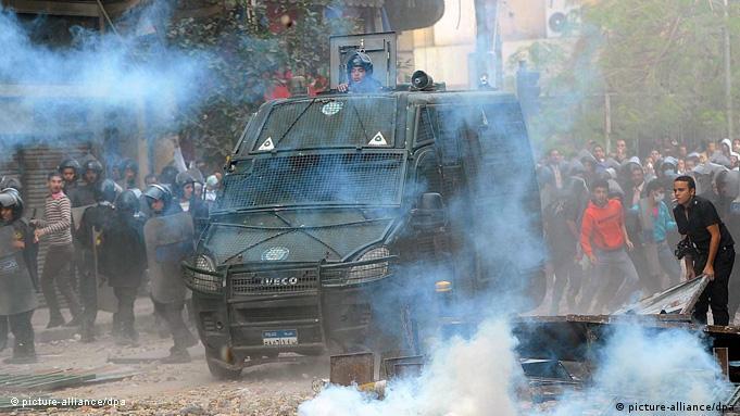 پرتاب گاز اشکآور توسط پلیس در نزدیکی میدان تحریر