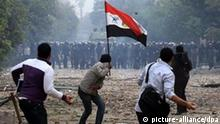 epa03009489 Egyptian youths throw stones at security forces during clashes in Cairo, Egypt, 20 November 2011. According to media sources, hundreds of protesters took control of Tahrir Square in the Egyptian capital on 20 November, following violent overnight clashes with security forces in which two people were killed and hundreds injured. The protesters were guarding the entrances to the iconic square in central Cairo, from which security forces were forced to withdraw after clashes in which teargas, rubber bullets and shotguns were reportedly used against the demonstrators. Security forces were deployed to protect the nearby headquarters of the Interior Ministry, while traffic was being redirected from the square. EPA/KHALED ELFIQI +++(c) dpa - Bildfunk+++