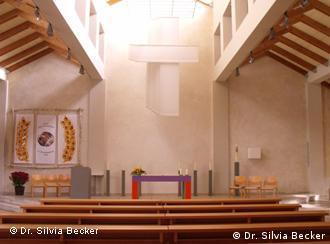 Altarraum der Katholischen Pfarrkirche Heilig Kreuz, Halle, (Sachsen-Anhalt).